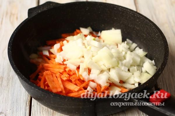 выложить овощи в сковородку