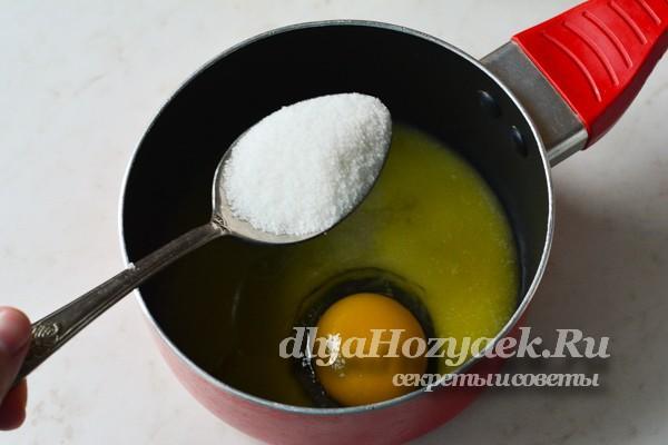 соединить масло, сахар и яйцо
