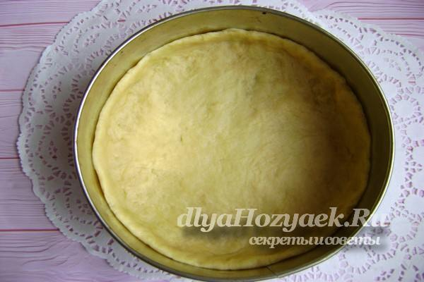 выложить тесто в форму для выпечки