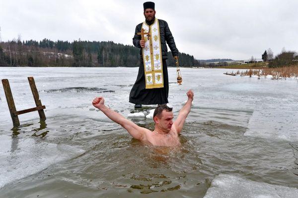 Купание на Крещение в проруби: смысл обряда, как правильно подготовиться и купаться в первый раз
