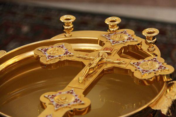 Святая вода на Крещение — когда набирать, как хранить и использовать крещенскую воду в 2020 году