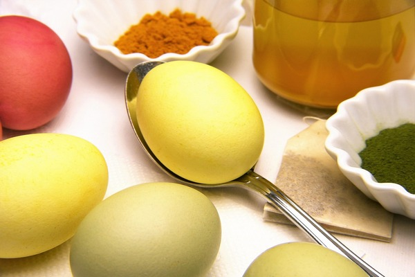 покрасить куркумой яйца