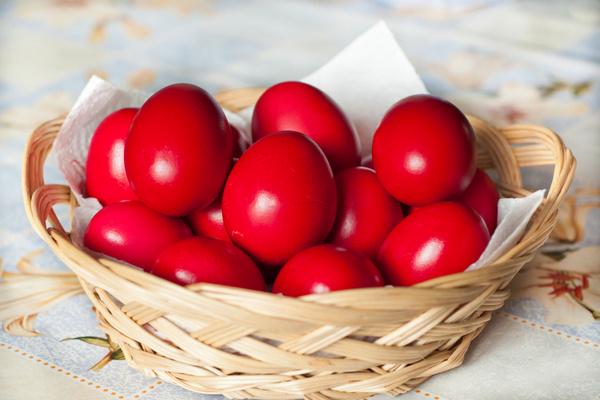 покрасить свеклой яйца