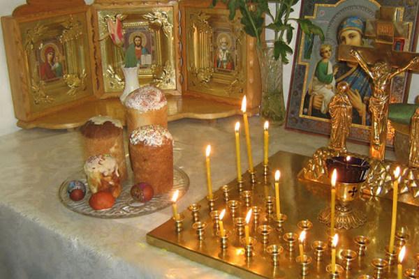 свечи и пасхальные куличи