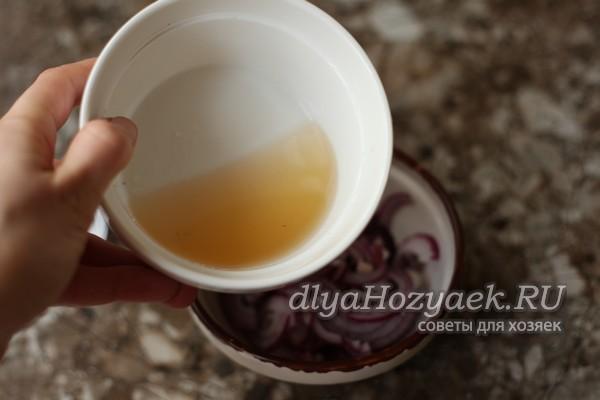 Как замариновать лук в уксусе для шашлыка и на зиму - пошаговые рецепты с фото