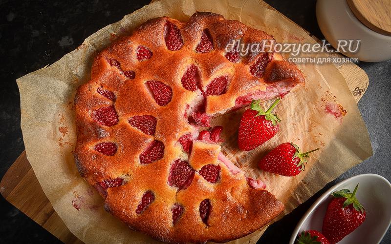 Пирог на кефире с клубникой