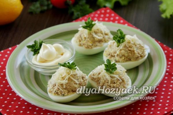 Яйца с рыбными консервами и сыром